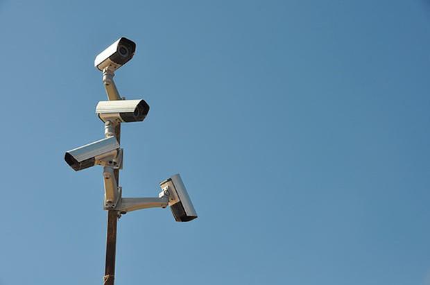 Une association dénonce la surveillance généralisée qui pourrait perdurer à Nice
