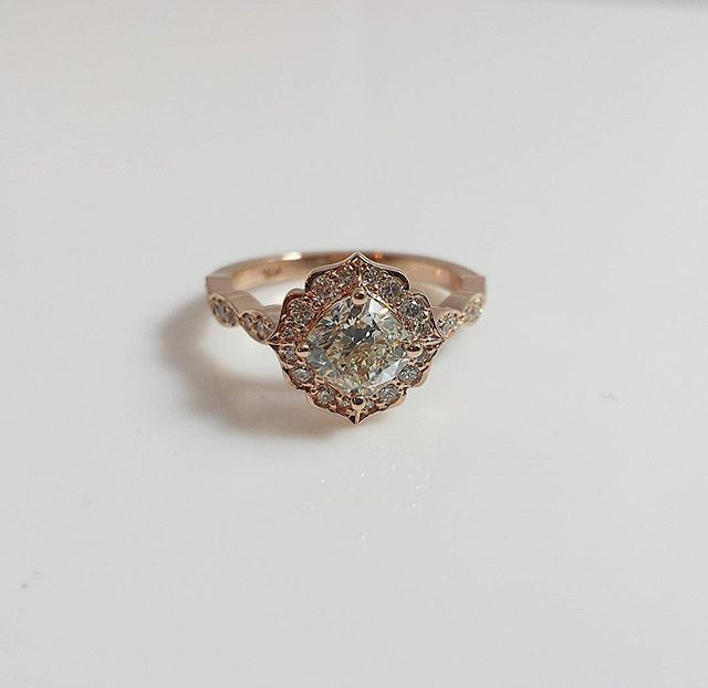Pretty and romantic #rosegold #vintagestyle #engagementring #haloengagementring _#tesorodiamonds #te