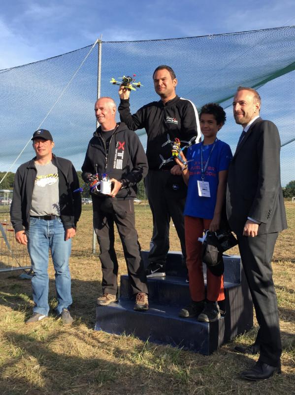 De gauche à droite : Vincent Boisselier, (président du SMR), Laurent LOMBARD, Julien LETEVE, Guillaume BAILEAU, Nicolas MEARY (président du cluster Drone Paris Région et maire de Brétigny/Orge)