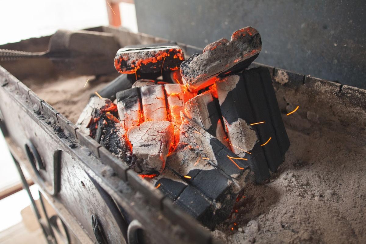 Угольные брикеты в мангале