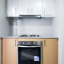 Kitchen with 4-burner cooktop, oven & rangehood