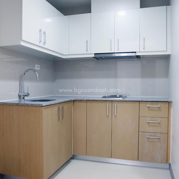Overhead & undercounter kitchen cabinets