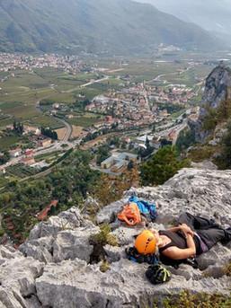 Ein verdientes Schläfchen am Ausstieg einer tollen Klettertour