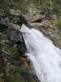 Drahtseiltanz über dem Wasserfall