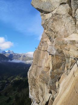 Fotogener Quergang im Klettersteig über Zermatt