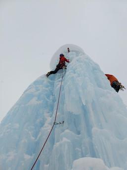 Ein künstlicher Eiskletterturm mit super Übungsbedingungen