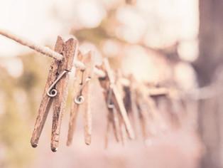 Colgar ropa en la barandilla del tejado