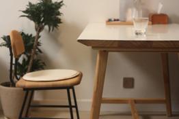 Tetsuya_Kinoshita_with_cushion_and_table.JPG.JPG
