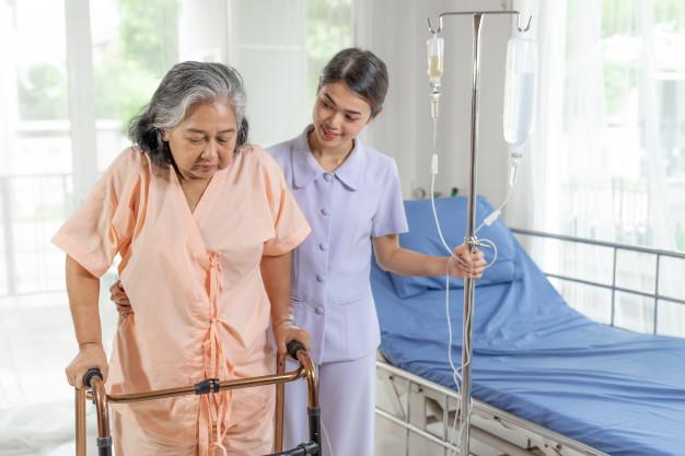 Enfermeiro cuidando de paciente