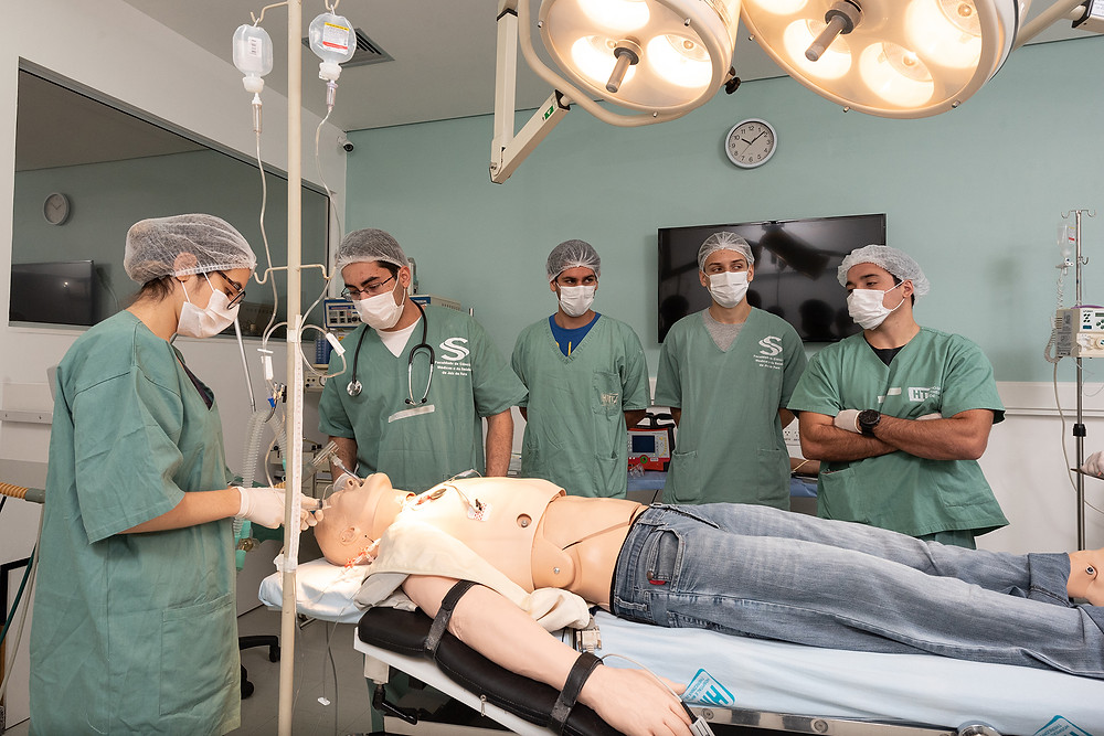 Estudantes da faculdade de medicina no Laboratório de Simulação
