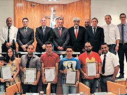 Câmara de Três Rios presta homenagens a bolsistas da Suprema
