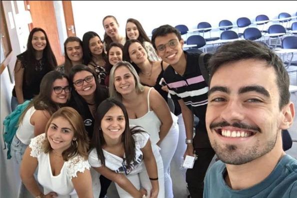 encontro de estudantes na faculdade de medicina