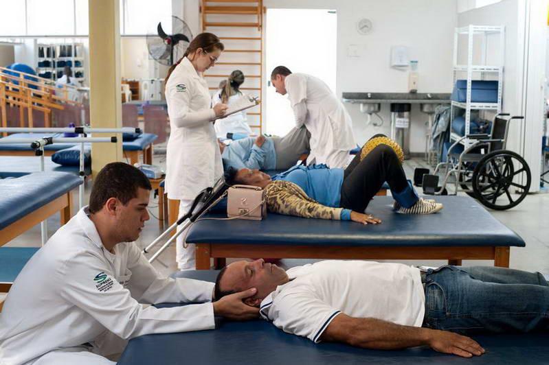 estudante de fisioterapia em aula prática