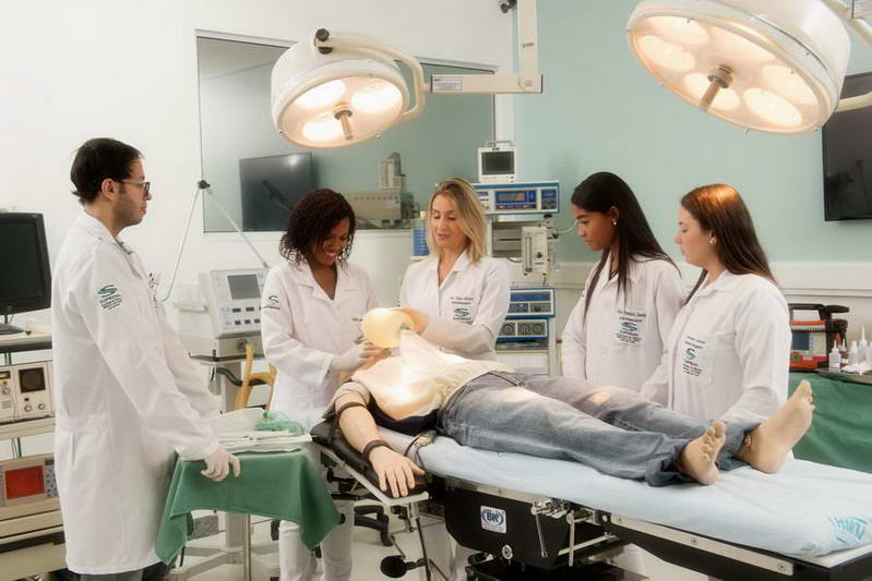 estudantes de medicina e estudantes de enfermagem na faculdade