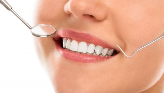 Mulher durante consulta de odontologia
