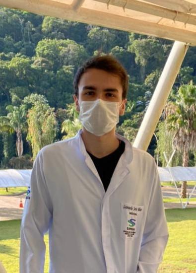 estudante de medicina de máscara na faculdade