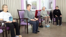 Yoga sur chaise, cure de jouvence à Pont-de-Chéruy