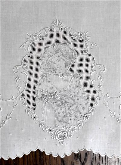 Dame aus Appenzeller Stickerei