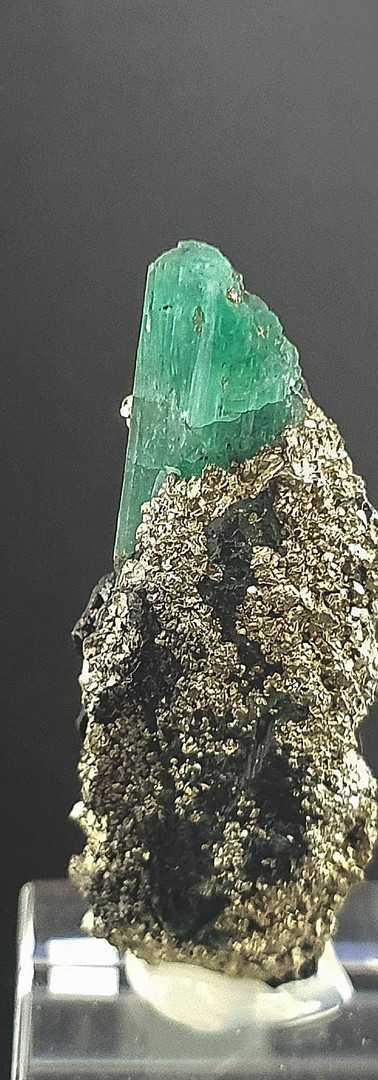 REF08 (2713A) EMERALD AND PYRITE-  190€