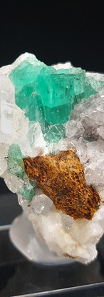 REF16 (3229A)  Emerald on Quartz and Calcite   220€