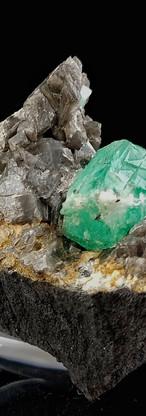 REF05 (3228A)  Emerald on Calcite   520€