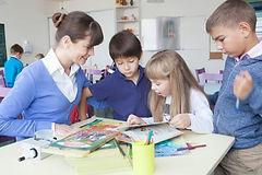先生と生徒が本を読む