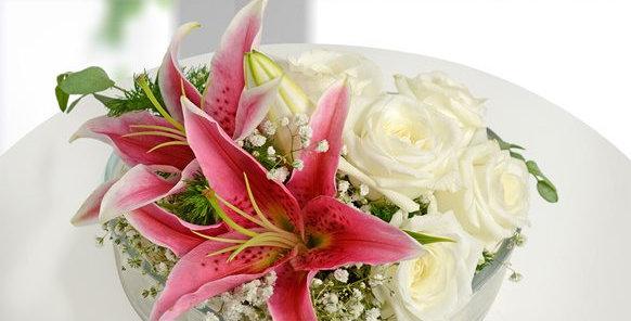 Kalpli Camda Lilyum Ve Beyaz Güller