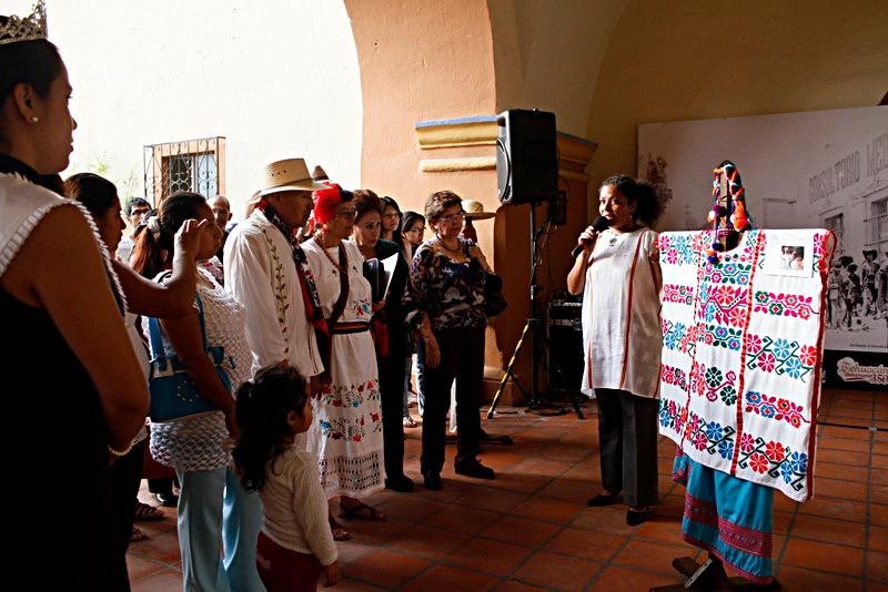 Explicación de la exhibición de trajes de Guerrero, en Tehuacán Puebla, durante la Feria del Mole de Caderas.
