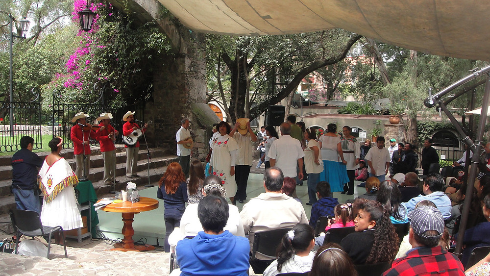"""Evento de gran éxito en Hacienda la Noria, hoy Museo Dolores Olmedo, donde la presentadora, los  músicos y  el tema, """"Fiesta Mexicana"""", siguen una sola línea de acción."""