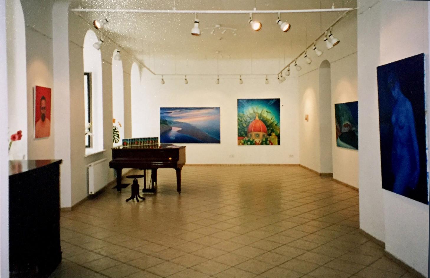 """""""Mazliet rozā, mazliet sevis, mazliet debesis"""" galerija """"Daugava"""", Rīga, Latvija. """"A little bit of pink, a little bit of myself, a little bit of the sky"""", Gallery Daugava, Riga, Latvia. 2002."""