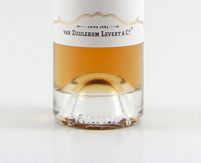 Tulpenlikeur fles. Tulip liqueur bottle, label, liqueur color.
