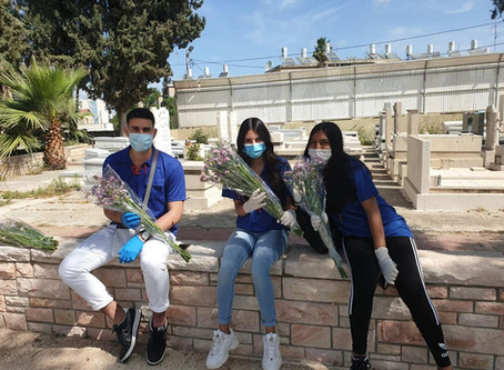 Our Students Distribute Flowers to Bereaved Families at Military Cemeteries Prior to Yom Hazikaron