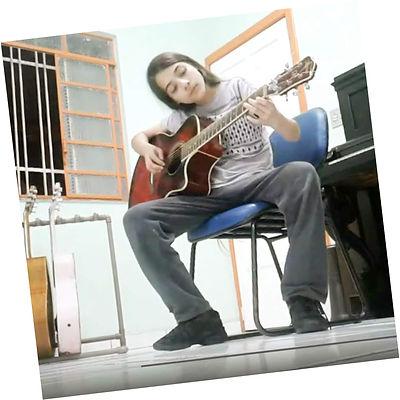 Miguel L C Genaro tocando violão.jpg