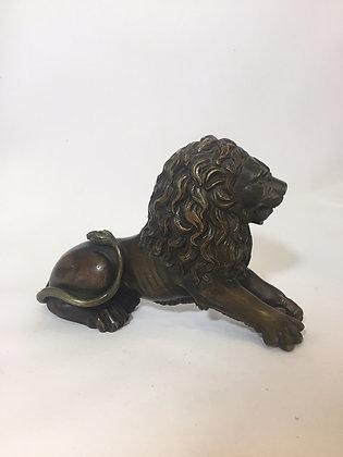 Rzeźba siedzącego lwa