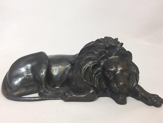 Rzeźba leżącego lwa