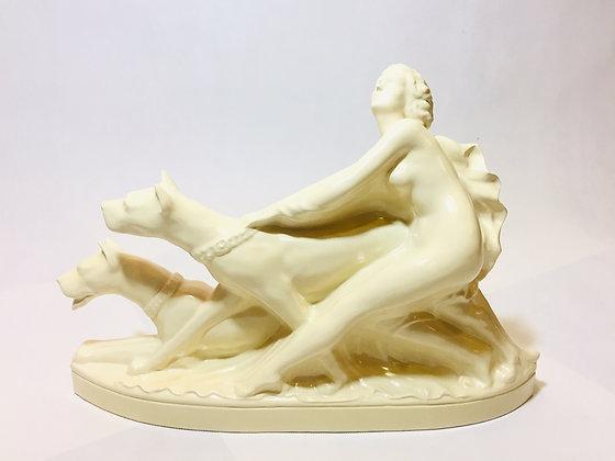 Rzeźba postać kobiety z psami