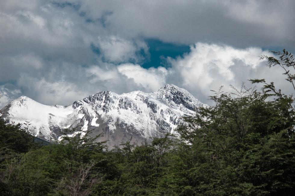Pico nevado no fim do mundo.