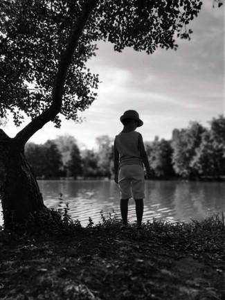 souvenir-enfant-lac-vacances-noiretblanc