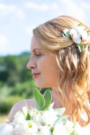 Portrait de profil d'une jeune mariée en couleur