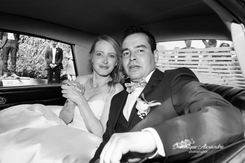 Jeunes mariés en voiture de collection