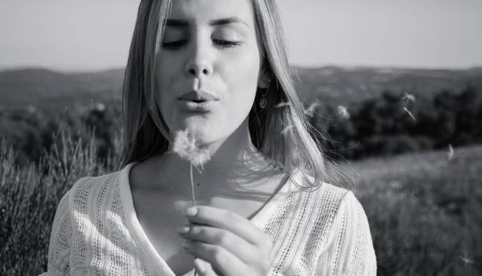 joli-portrait-naturel-femme-fleurs