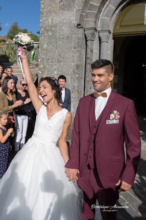 Jeunes mariés à la sortie de l'église