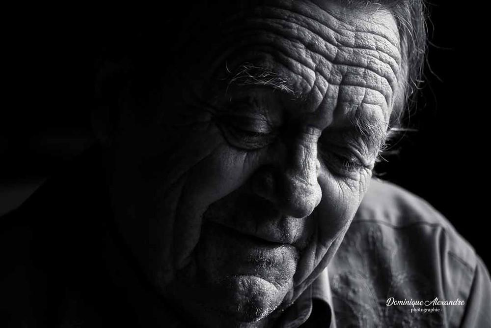 Séance portrait  nostalgie en noir et blanc avec un  studio mobile à domicile d'un vieil homme