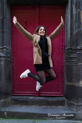 photo-jeune-femme-saute-joie