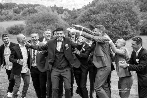 Photo noir et blanc du marié et de ses amis
