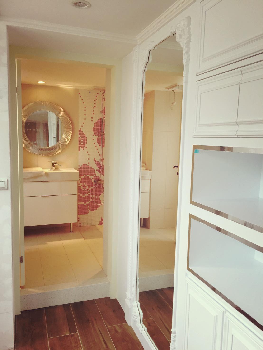 Bathroom/corridor