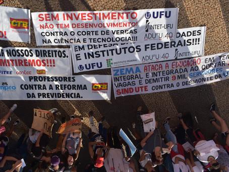 Aula na praça: professora de Telejornalismo propõe prática aos alunos em meio à manifestação