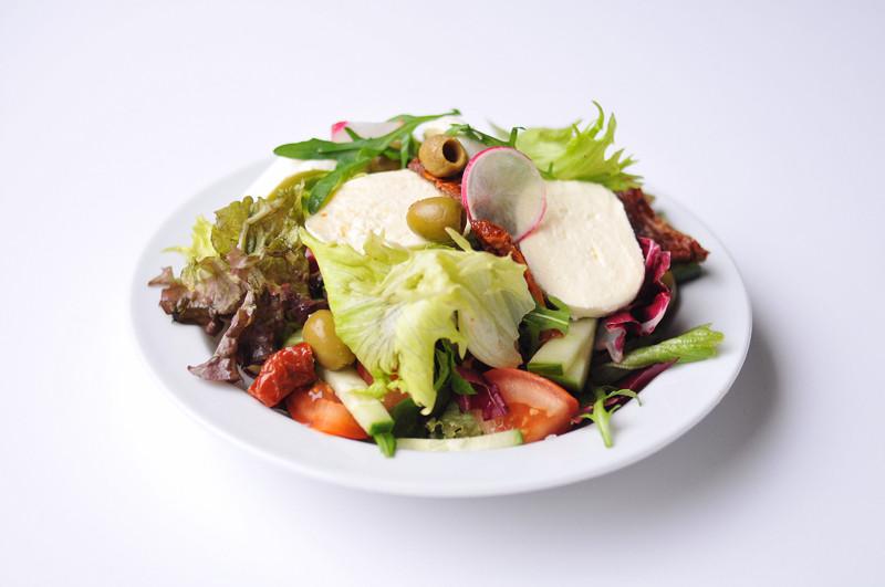 Miešaný šalát s mozzarellou, sušenými paradajkami a olivami