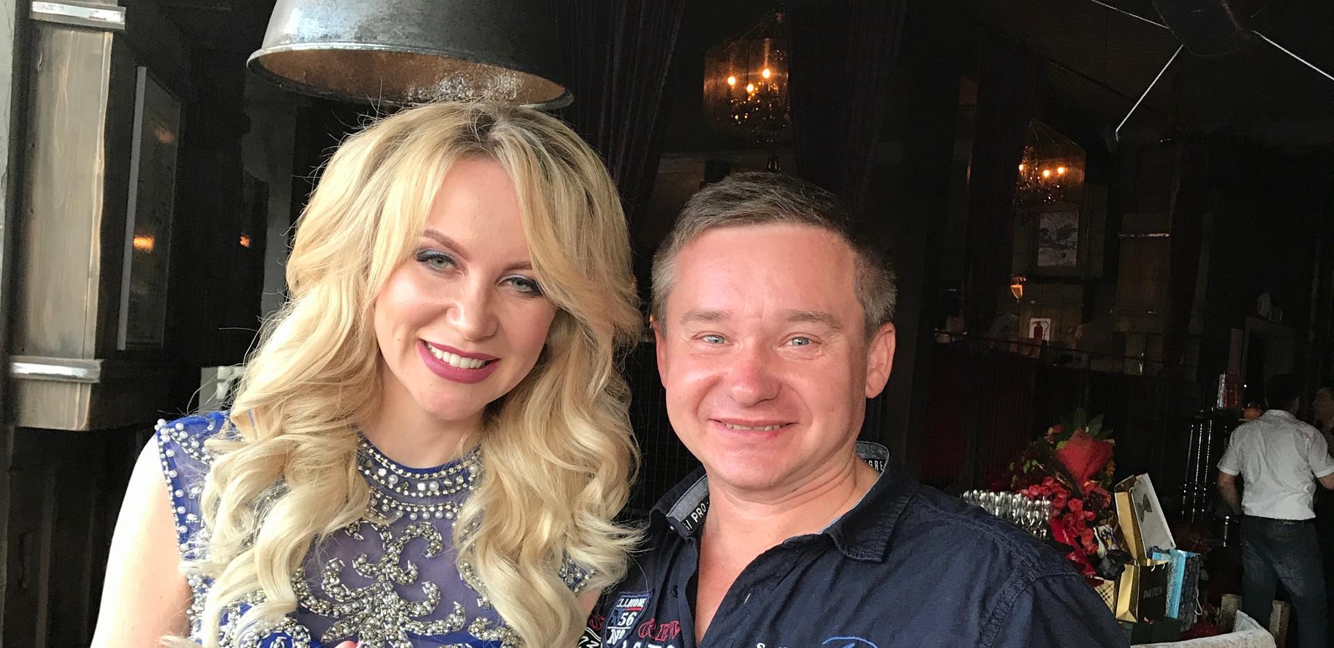 Produzent Roman Rossi und Moderatorin Maria Ost