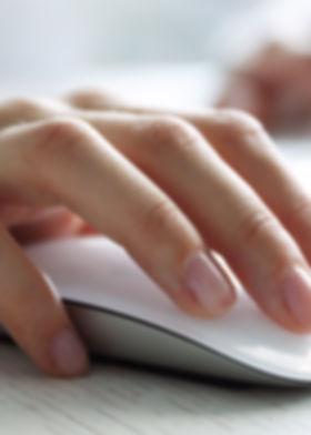 Hand an einer Computermouse für Buchungsseite grafik to go Sabine Baerwald